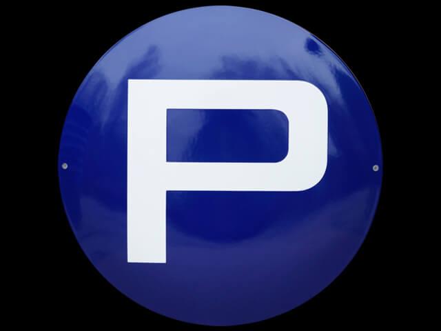 Rundes Parkplatzschild in Emaille