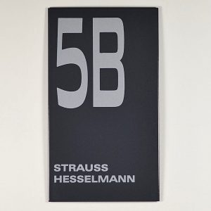 Moderne-Emaillehausnummer-mit-Name