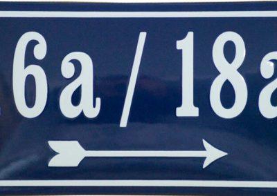 Doppelhausnummer mit Wegweiser